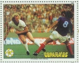Hoeneß auf einer Briefmarke aus Paraguay zur WM 1982 mit einer Szene mit Branko Oblak im Spiel Deutschland – Jugoslawien bei der WM 1974