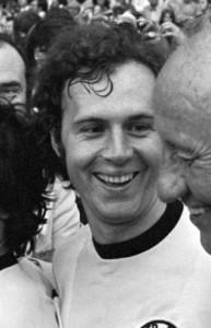 Muller,_Beckenbauer_en_trainer_Schon_1974